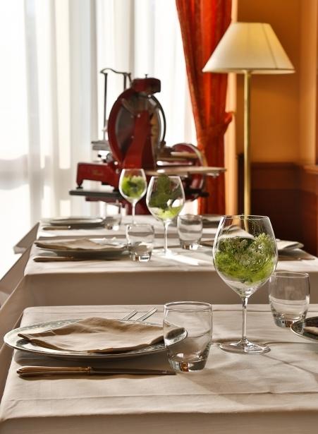 Gusta i piatti del ristorante del Bw Classic Hotel